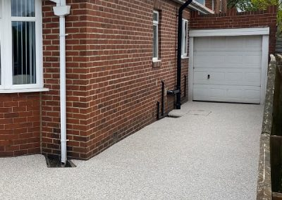 Light grey resin paving driveway